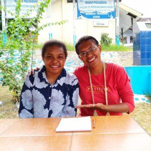 Studente Alda (links) met studiebeurscoördinator Nova (rechts) | Hapin