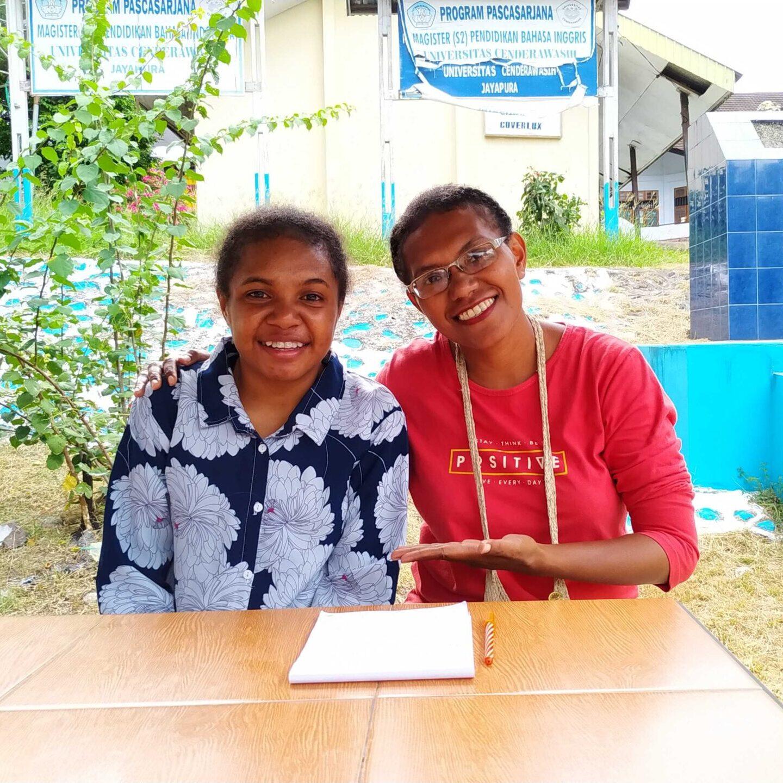 Studente Alda (links) met studiebeurscoördinator Nova (rechts)   Hapin