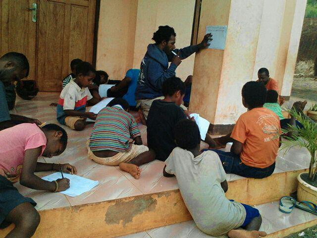 Aleks Giyai geeft les aan straatkinderen