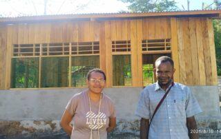 Nova (links) bezoekt de bouwlocatie   Hapin