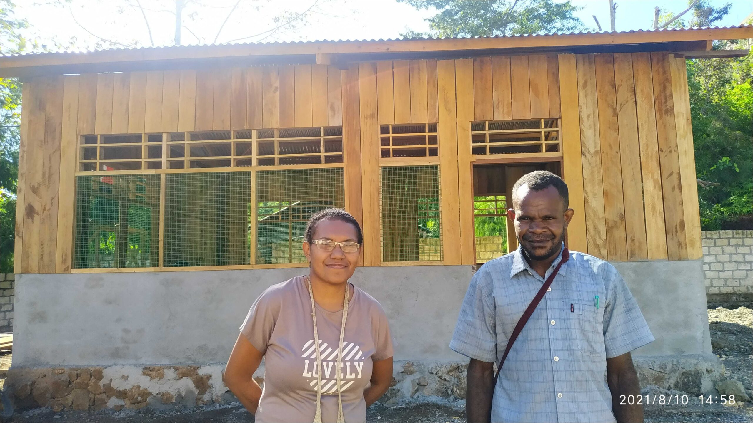 Nova (links) bezoekt de bouwlocatie | Hapin