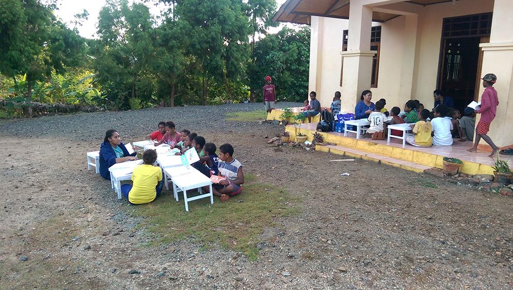 De straatkinderen van kampong Buper krijgen onderwijs