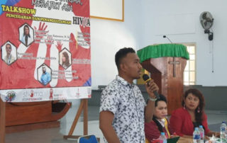 Edoardo Mote geeft een presentatie over de verspreiding van aids in Papua