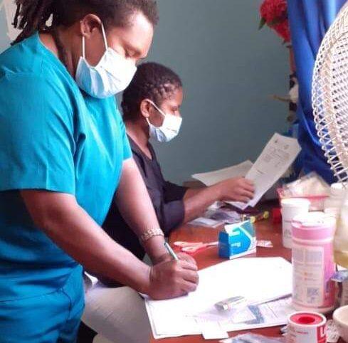 Gratis medicijnen voor de bewoners van dit opvangkamp bij Sentani