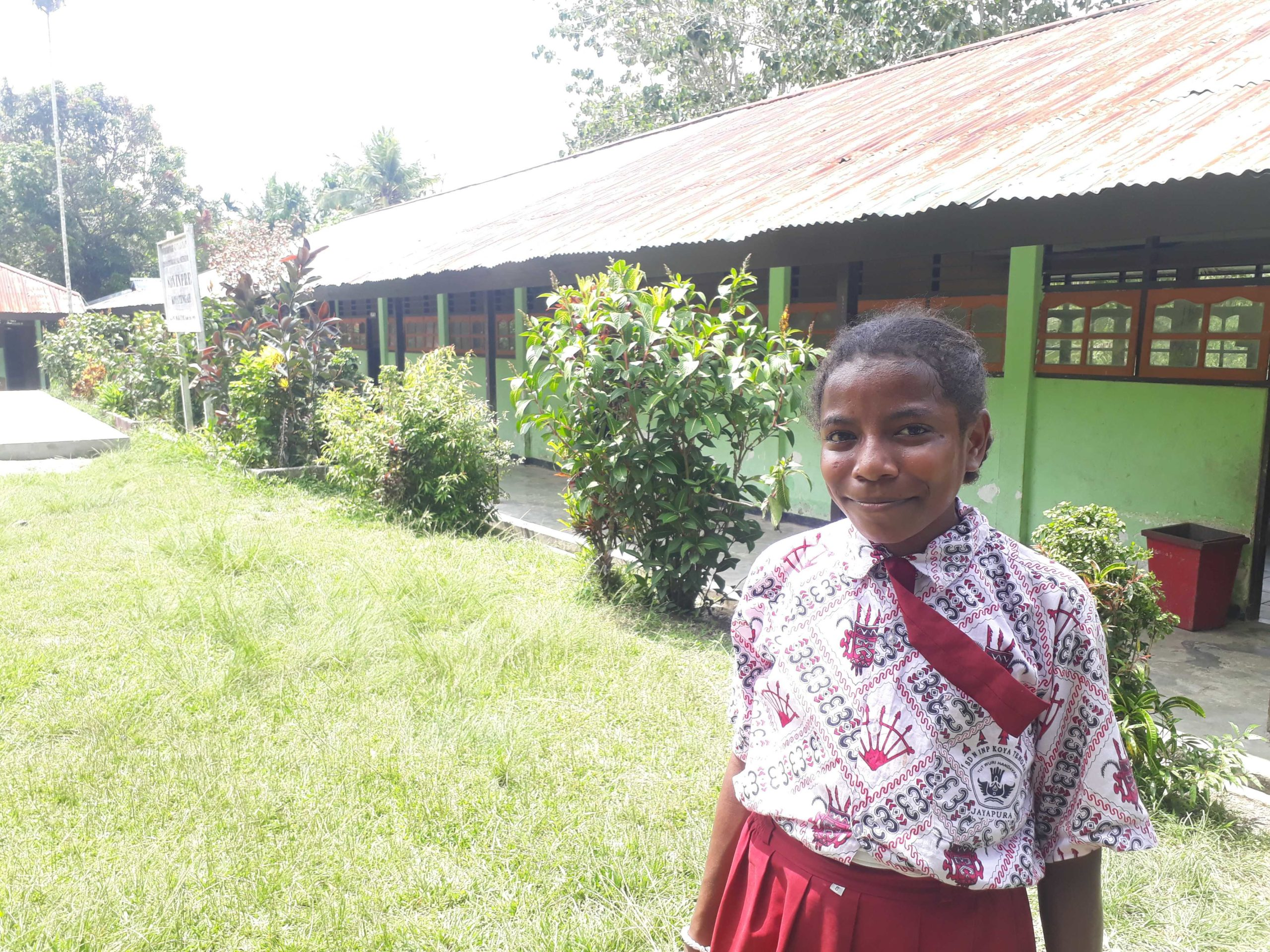 Rossi voor haar school in Papua