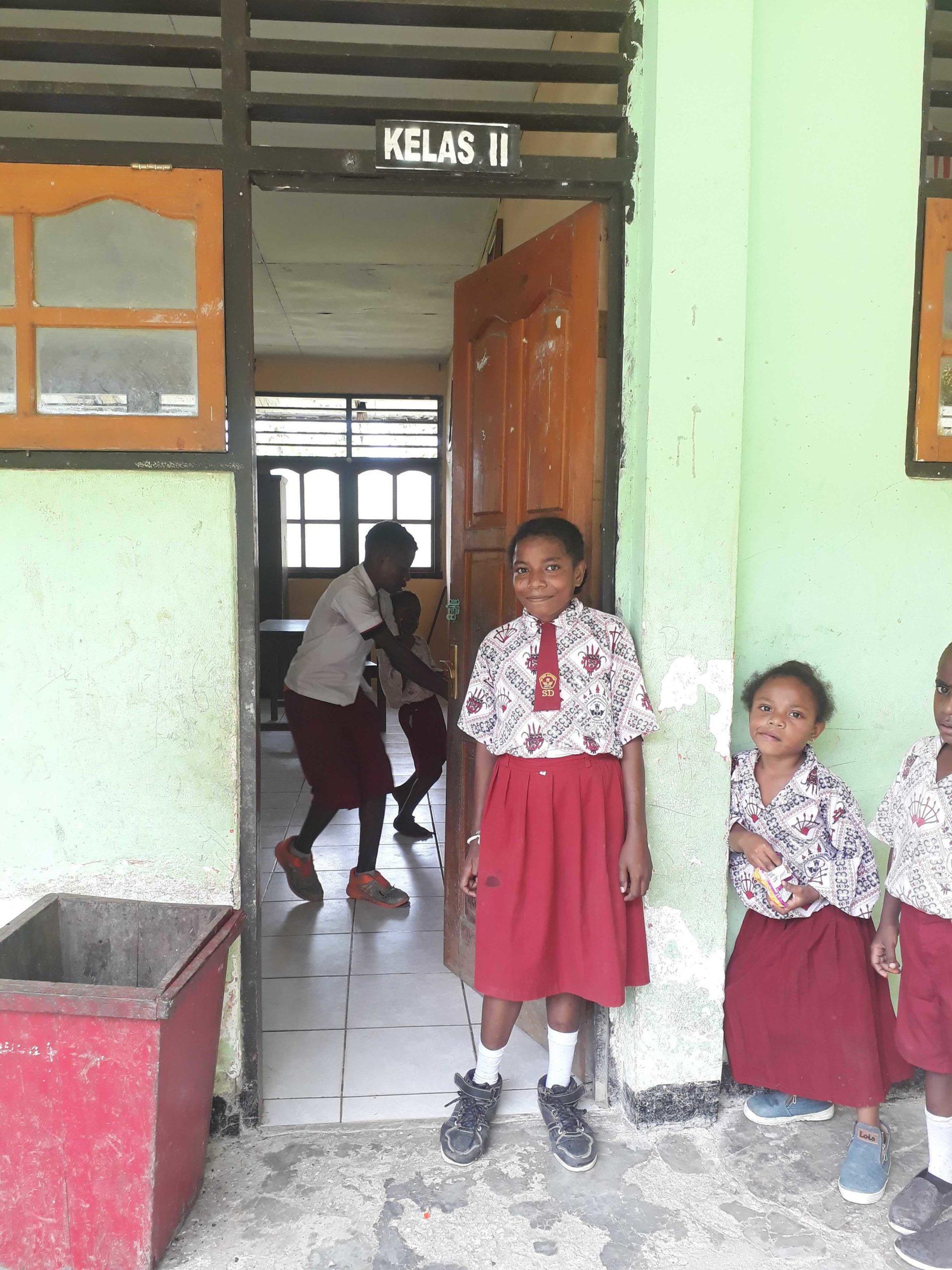 Rossi bij de ingang van haar klas