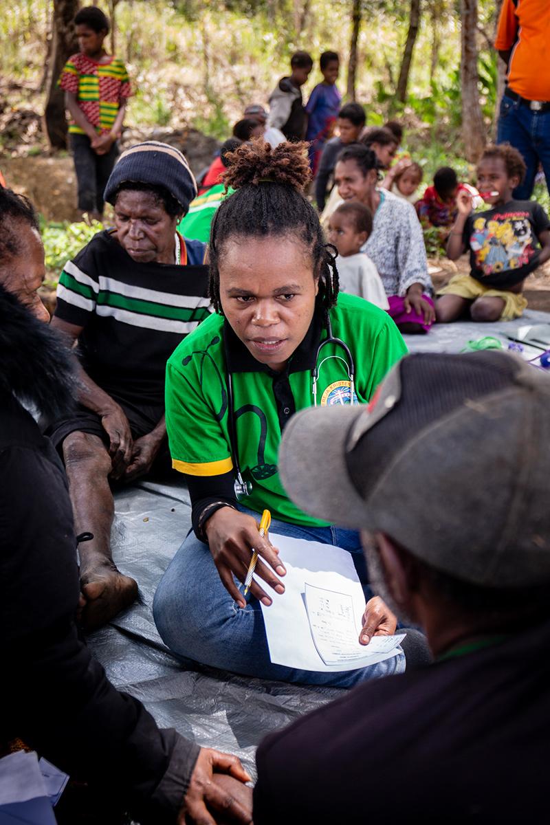 Onderzoek van patient Nduga Papua