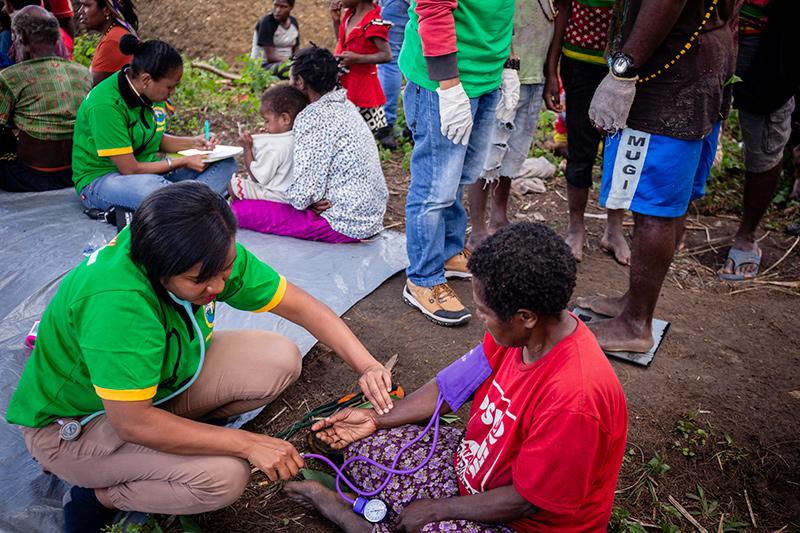 Arts onderzoekt vrouw Nduga Papua