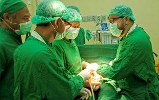 Papoea dokter Yohanes Mambrassar aan de operatietafel