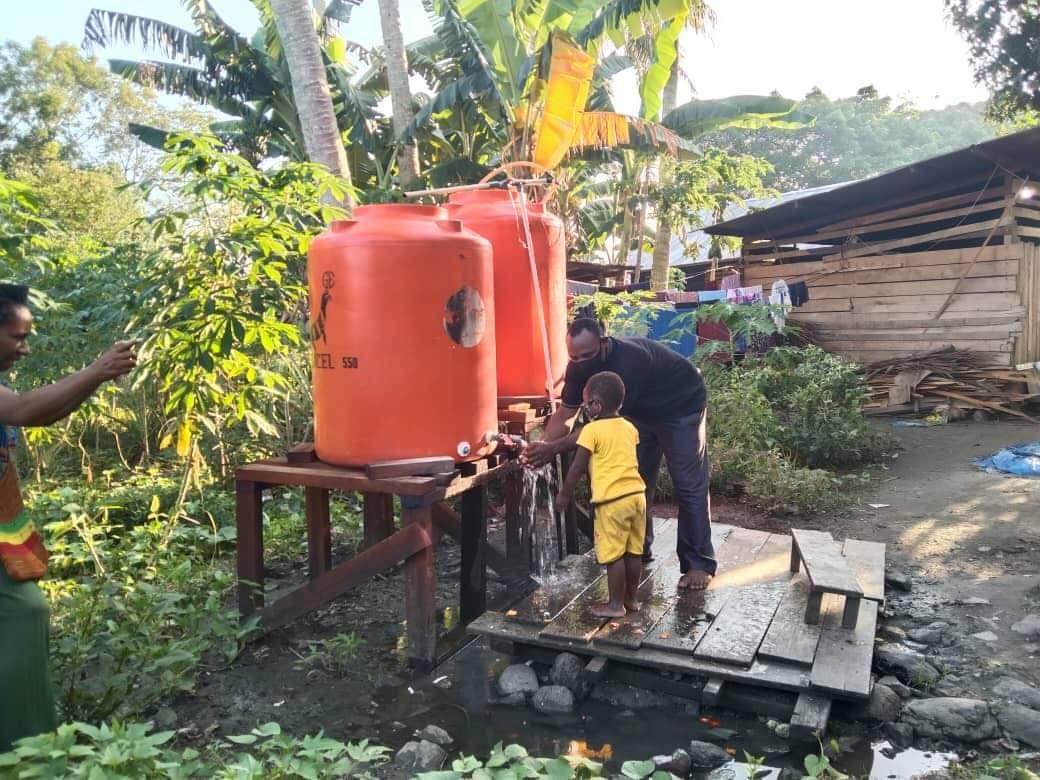 Nieuwe watertappunten in Kamp Polomo bij Sentani.