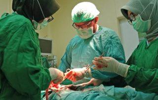 Papoea dokter Mambrassar aan de operatietafel