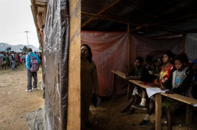 Vluchtelingen uit Nduga krijgen les in een provisorische school in Wamena